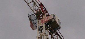 Montée en haut d'une grue de 30 m