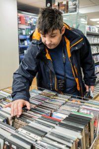 Choisir un DVD, un moment important pour Karim CP Patrick LAMBIN